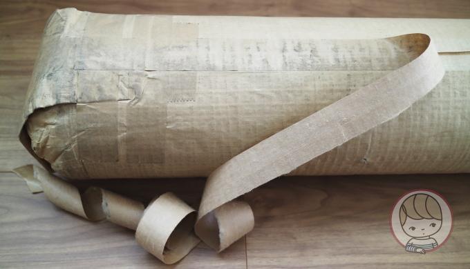 無印良品「オーダーラグ」の梱包を開くところ